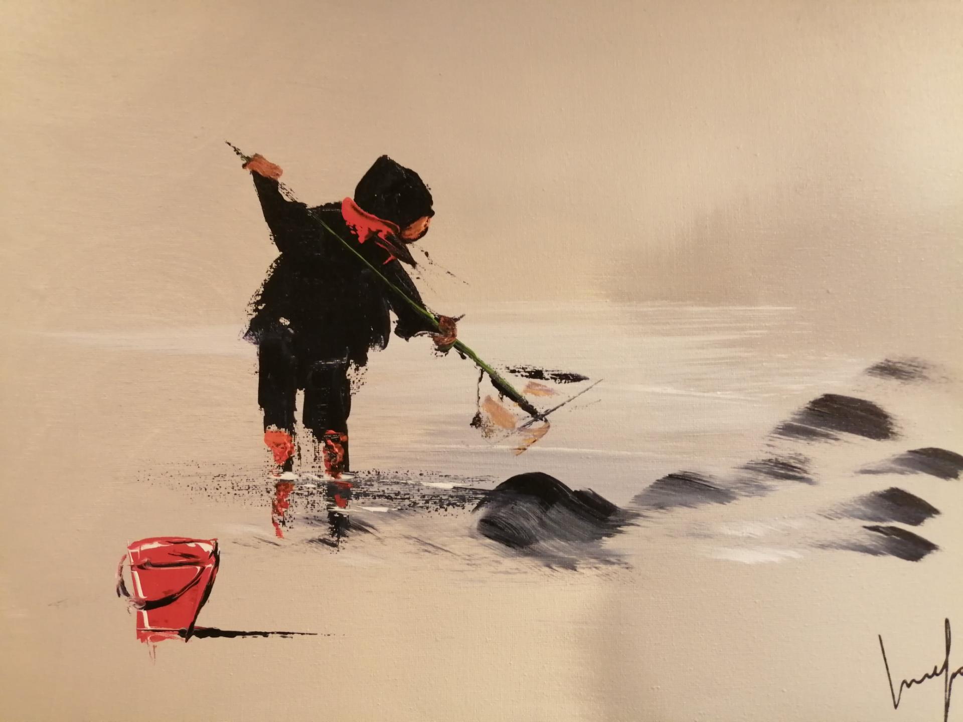 Un enfant qui pêche la crevette sur une plage de la côte d'opale