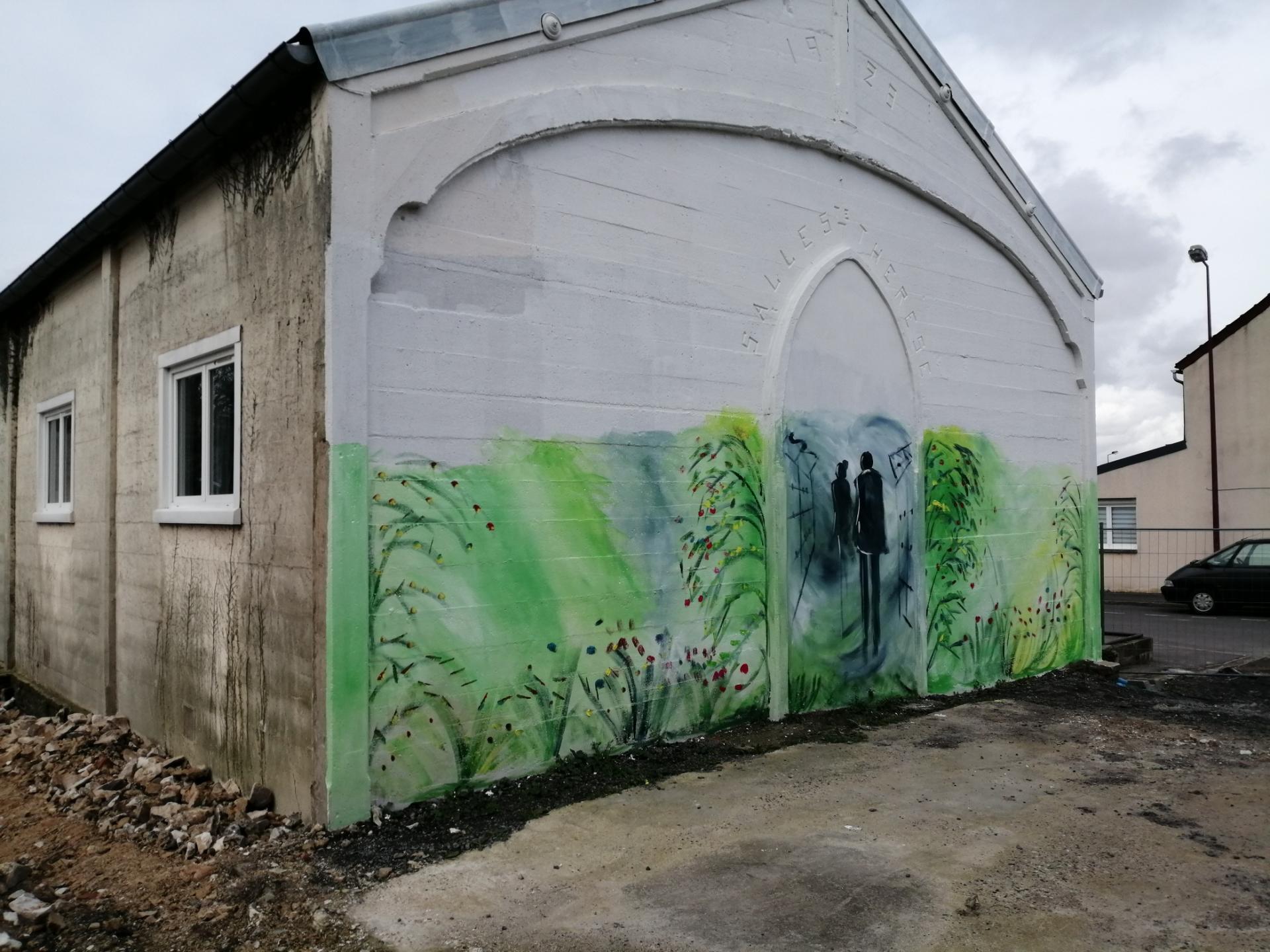 début de la réalisation d'une fresque à l'extérieur d'une salle