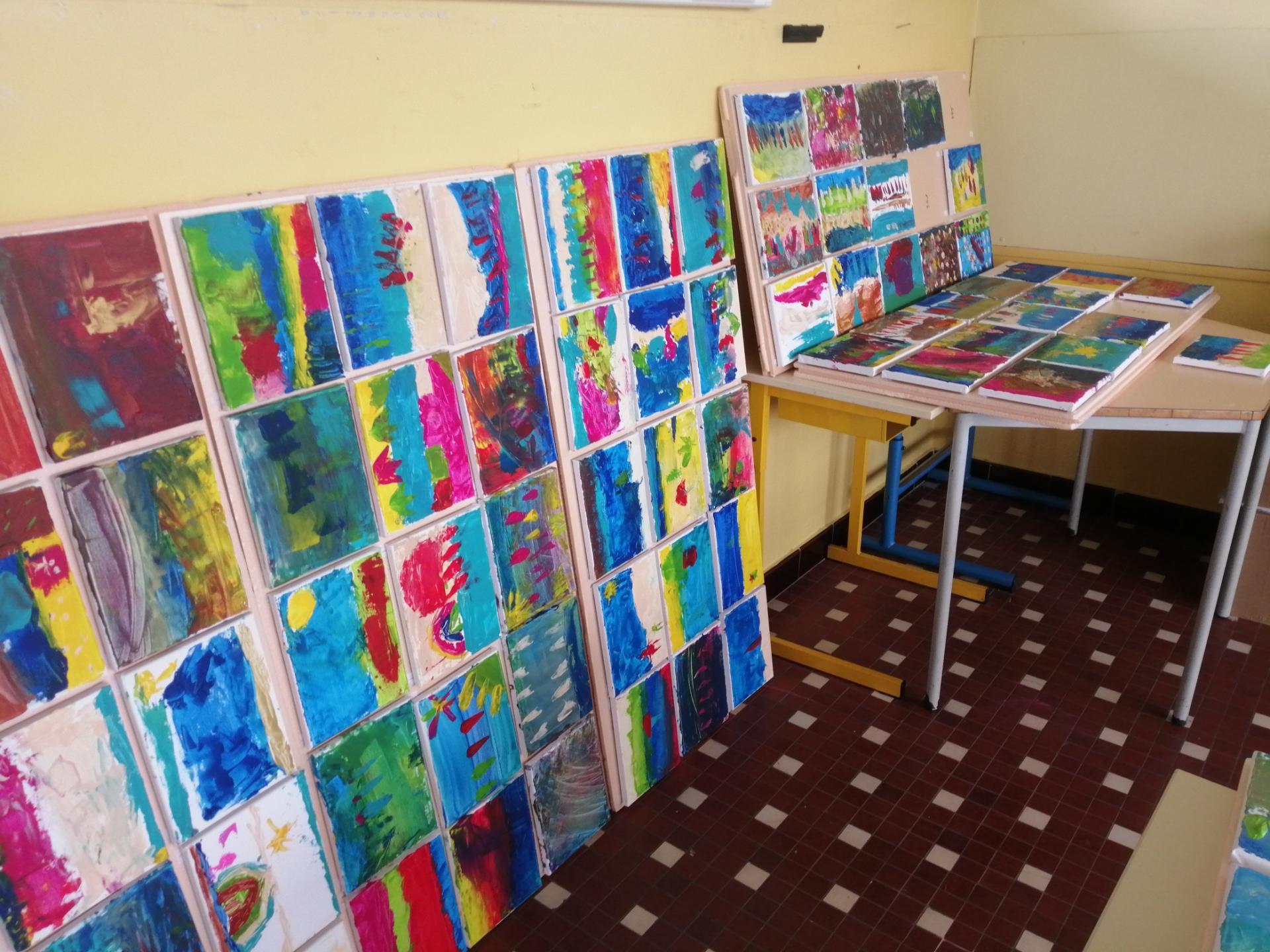 plus de 350 toiles assemblées pour realiser une oeuvre collective